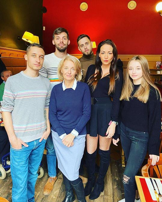 Veronika Žilková s dětmi: Zleva Honza, Cyril, Vincent, Agáta a Kordulka. Honza bude podruhé otcem.