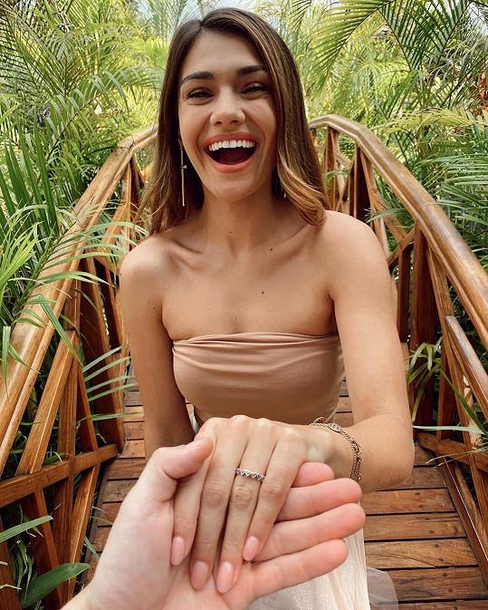 U téhle fotky nechtěla fanouškům ukázat prstýnek, ale dokonalou manikúru. Dočkala se totiž gratulací k zásnubám.