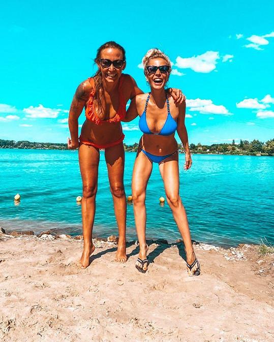 Bývalé modelky Agáta Hanychová a Michaela Ochotská se zvěčnily při náhodném setkání na Moravě.