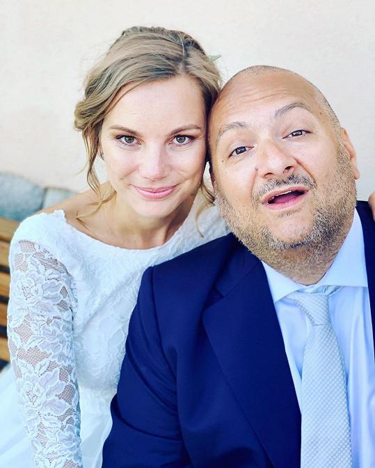 Patrik Hezucký na svatební fotce s nevěstou Nikolou