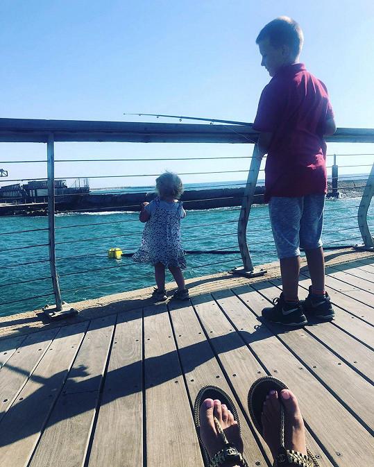 Mia a Kryšpín rybaří.