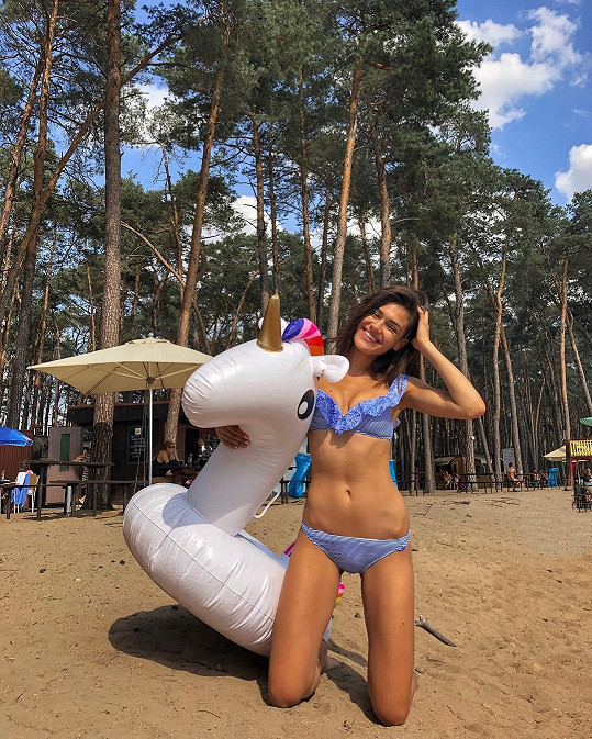 Andrea Kalousová s sebou k vodě vzala nafukovacího kamaráda.
