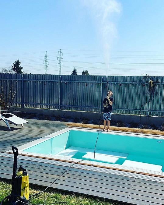 Do čištění bazénu po zimě zapojila i syna Kryšpína.