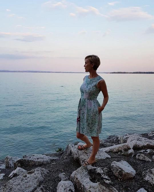 S rodinou vyrazila k moři s tím, že si konečně užije volno. To se ale tak docela nekoná...