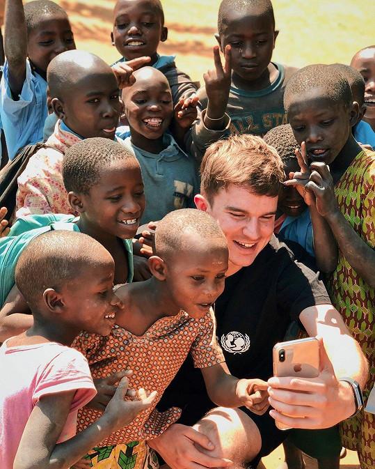 V uprchlickém táboře Kovyho místní děti pojmenovaly Muzungu, tedy bílý muž.