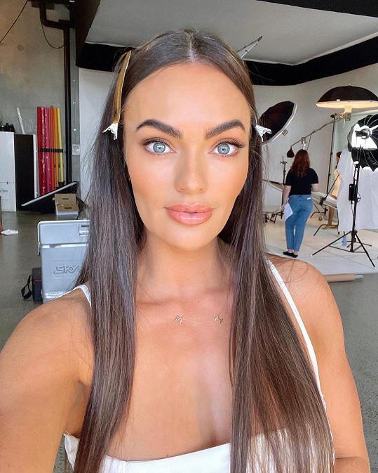 Emily Skye je australská fitness modelka, která má i vlastní cvičící programy.
