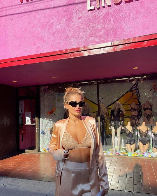 V krajkové podprsence se nechala nafotit před obchodem s prádlem.