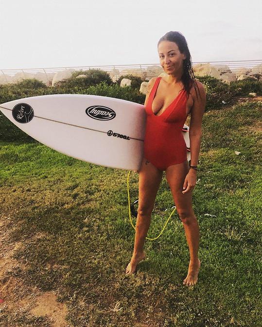Surfování jí vždycky zvedne náladu.
