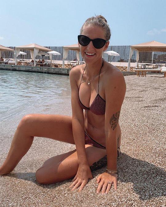 V plavkách vyniknou její tetování. Kromě ozdoby na ruce má například na pravém boku vytetované písmeno M.