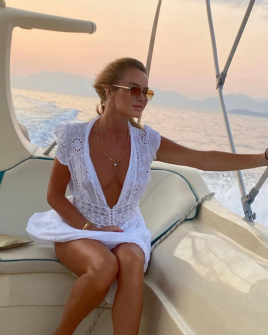 Amanda Holden se na projížďce jachtou vyfotila v minišatech s hlubokým výstřihem.