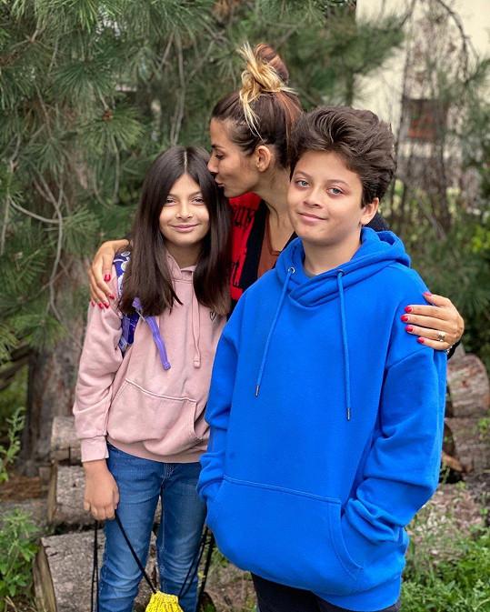 Eva Decastelo s dcerkou Zuzkou (4. třída) a synem Míšou (5. třída)