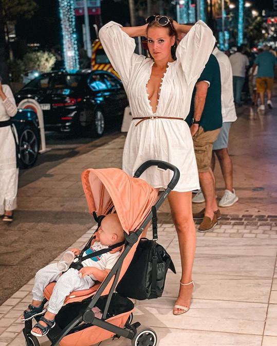 Ornella Koktová na procházce s dětmi
