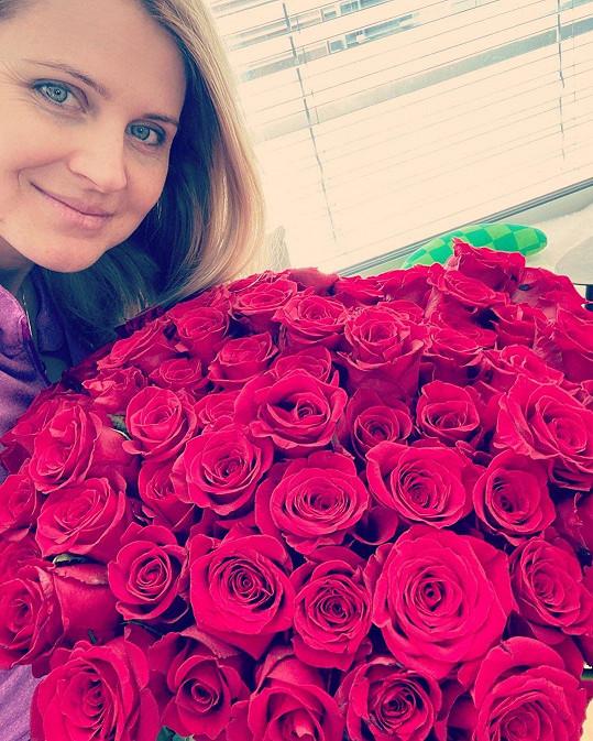 Lucie Šafářová dostala od zamilovaného Tomáše Plekance velký pugét růží.