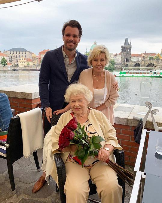 I minulý rok se slavilo. Na snímku je moderátor s maminkou Lenkou a babičkou.