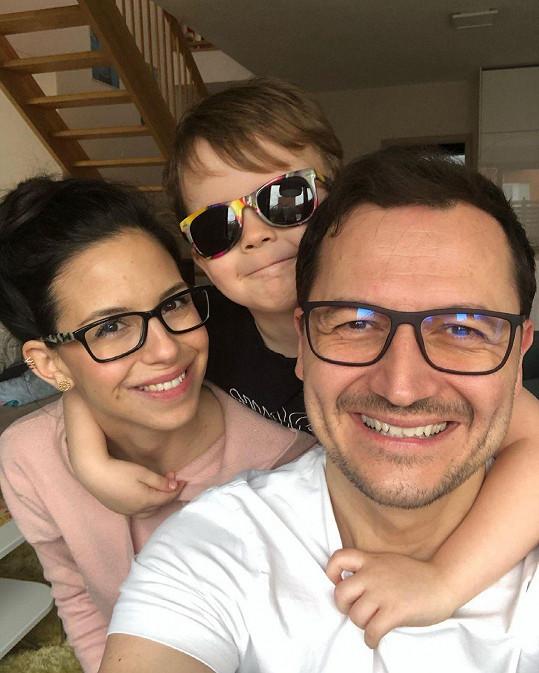 Vojta Bernatský s rodinou. Ani v době lockdownu se nenudí.