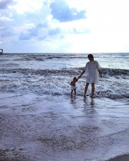 U moře si užívá i malý Sanel.