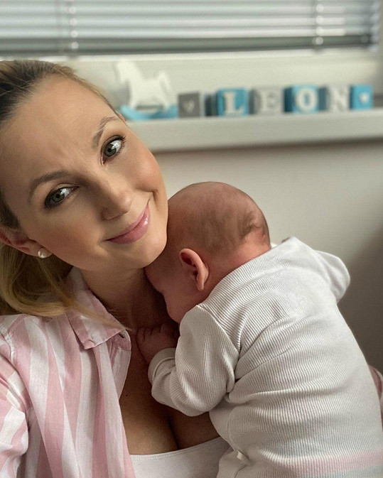 Zprávařka z Primy Sandra Pospíšilová má nyní doma hezký páreček. Po holčičce Emilce přišel synek Leon.