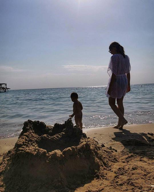 Jasmina Alagič se synem Sanelem na pláži