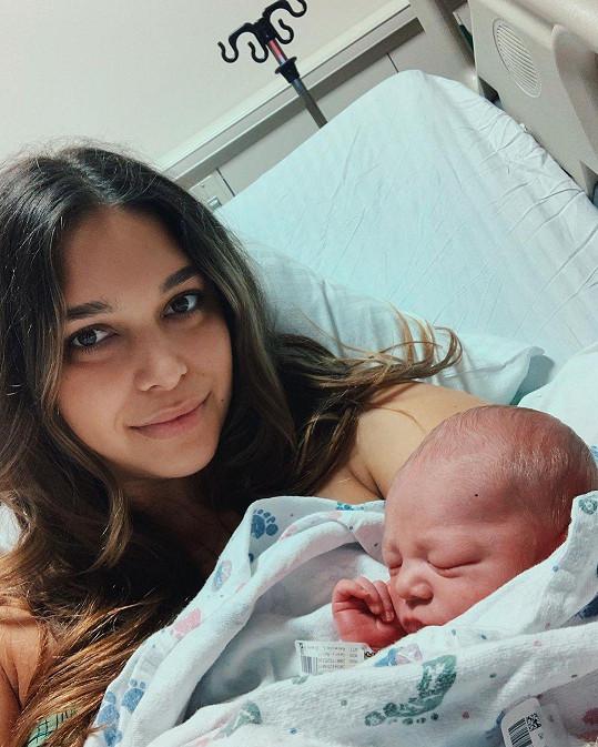 Na sklonku roku porodila modelka April Love Geary, se zpěvákem Robinem Thickem má třetího potomka, syna Lucu Patricka. Během tří let přivedla na svět tři děti.