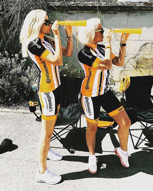 Nikol Štíbrová a Martina Pártlová vyhlížejí cyklisty.