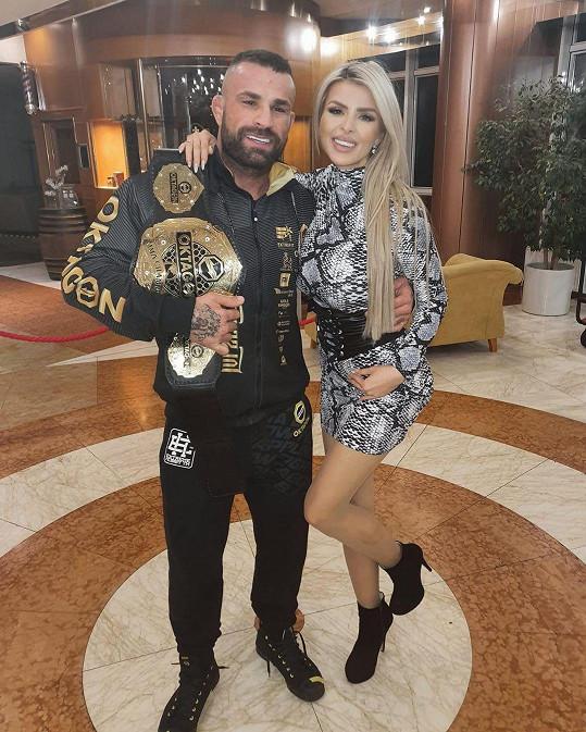 Karlos Vémola oznámil těhotenství své snoubenky na natáčení pořadu Karlos show.