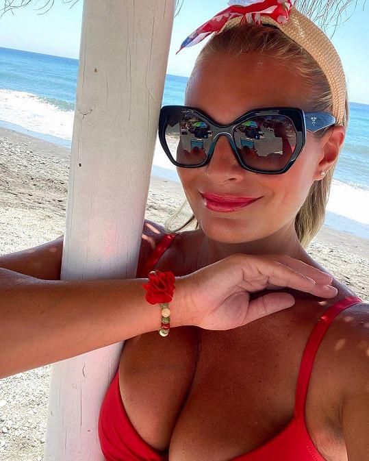 Lucie Borhyová u moře