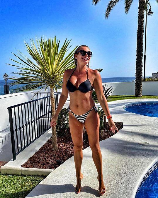 Lucie Borhyová tráví v posilovně hodně času a na dovolené si ráda zaběhá i venku.
