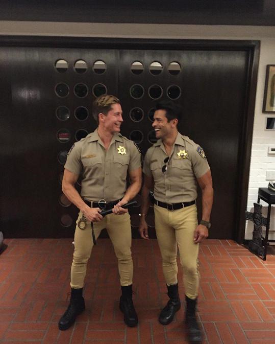 Kelly Ripa se pochlubila fotkou manžela (vpravo) v kostýmu policisty, lidé jí gratulují.