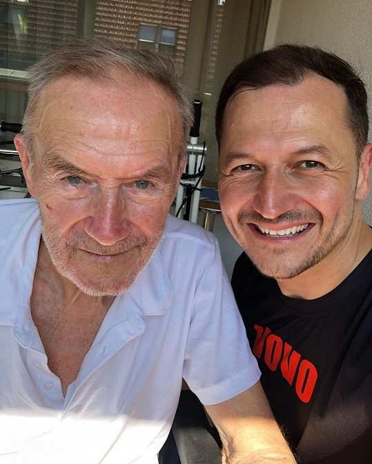Vojta Bernatský s tatínkem, který se zotavuje po zlomenině.