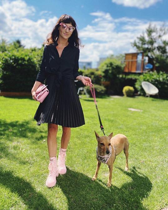 Díky focení pro kalendář si její kolegyně Sandra Nováková před osmi lety adoptovala psího kamaráda Bambuli.