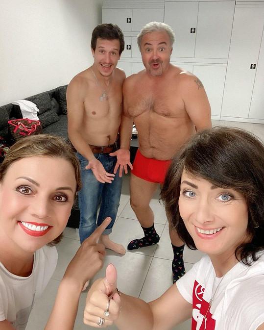 Martin Zounar (vpravo) s Martinem Krausem, Martinou Řandovou a Danielou Šinkorovou před představením Dva nahatý chlapi. Viditelně prokoukl.