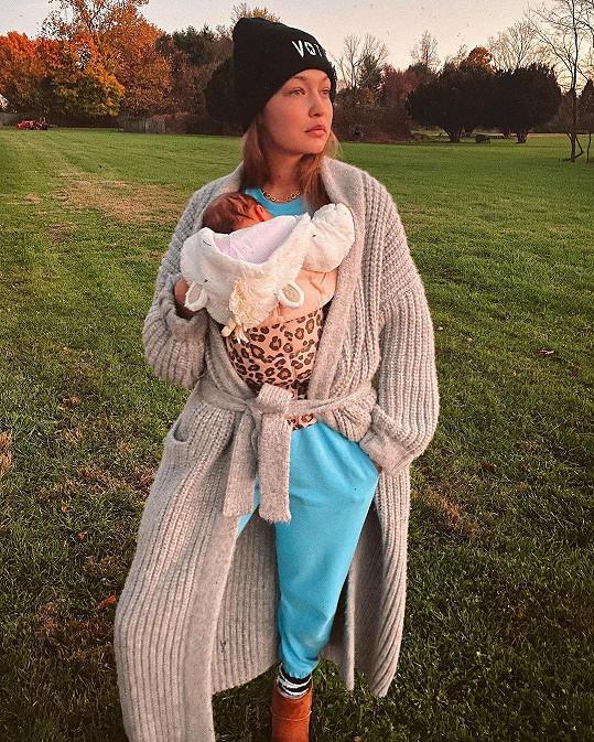 Gigi Hadid se nechala vyfotit s malou dcerkou.