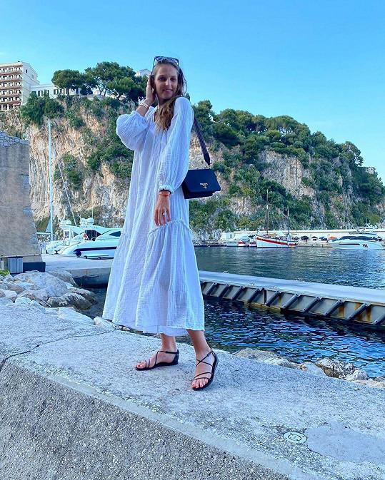 Léto tráví v Monaku.