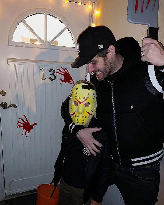 Moderátor vyrazil se synem na halloweenskou koledu.