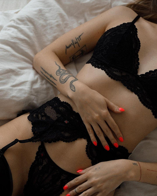 Ukázala prádlo i tetování.