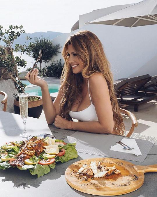 Dieta k dovolené nepatří, a tak si dopřeje všechno, na co má zrovna chuť.