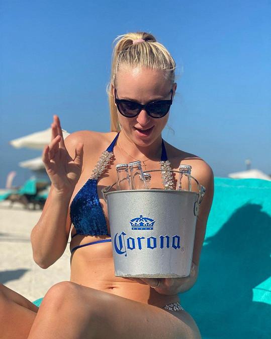 """Anna Marie Kánská a její """"corona"""" vtípek na lehátku"""