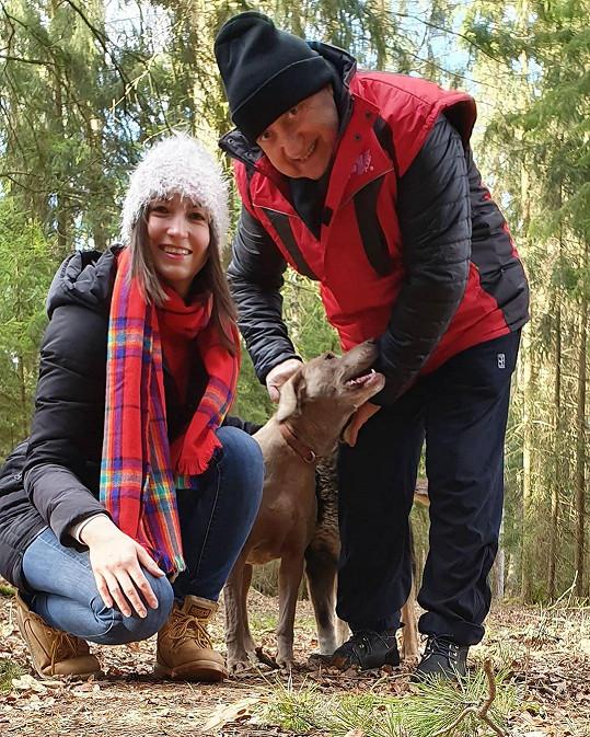 Lucie Gelemová a Felix Slováček chodí na Třeboňsku každý den na procházky do liduprázdného lesa. Jakmile by někoho náhodou potkali, hned by si nasadili roušku nebo šálu.