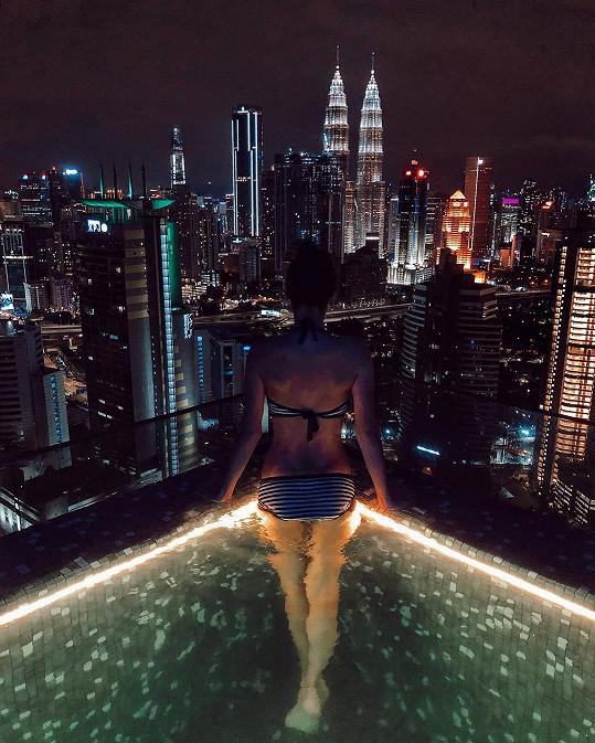 Pohled na noční Kuala Lumpur pak pro změnu okořenila svým výstavním zadečkem.