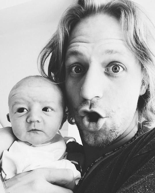 Tomáš se synem Alfrédem v náručí