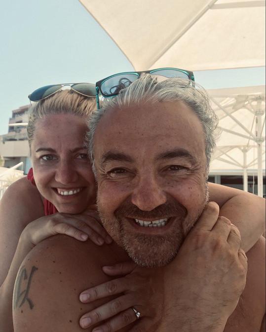 Martin Zounar s partnerkou na dovolené
