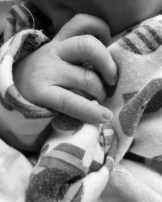 Chlapeček se narodil 16. února.