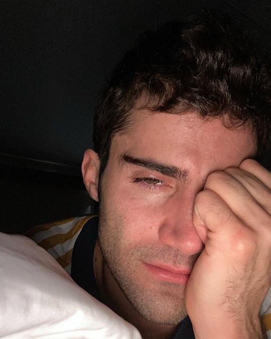 Max Ehrich nenese rozchod s Demi Lovato dobře, sdílel i uplakané snímky.