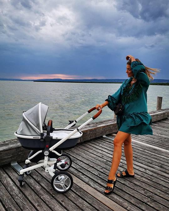 Jasmina Alagič s malým Sanelem už vyrazila na větší výlet.