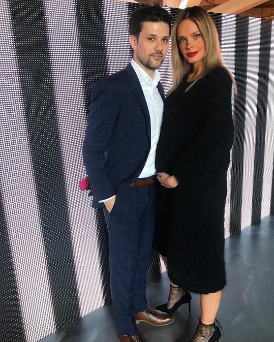 Bříškem se modelka pochlubila na pražském fashion weeku.