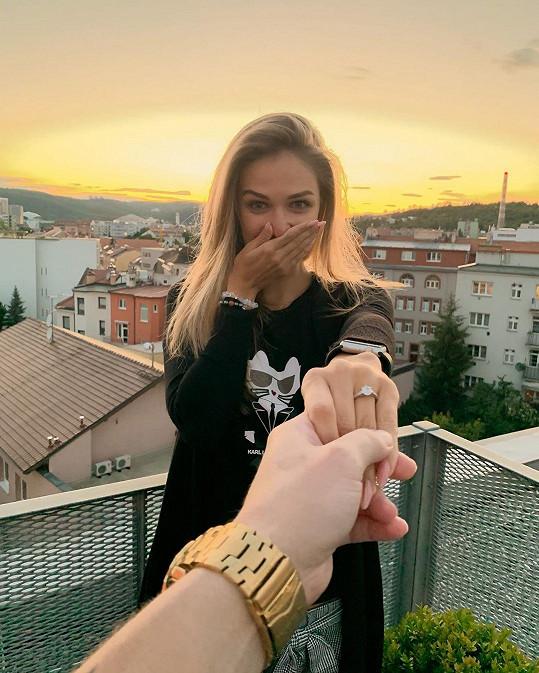 Lucie Kovandová se zasnoubila.