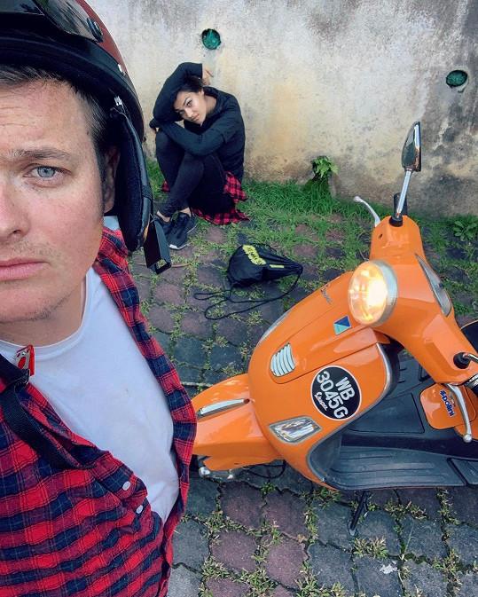 Poslední úraz se mu stal při jízdě na skútru, na němž seděla i jeho přítelkyně Andrea Kalousová.