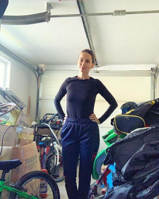 Lucca při úklidu garáže