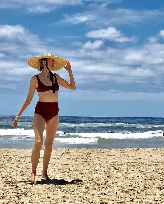 Naomi Watts ukázala figuru v plavkách.