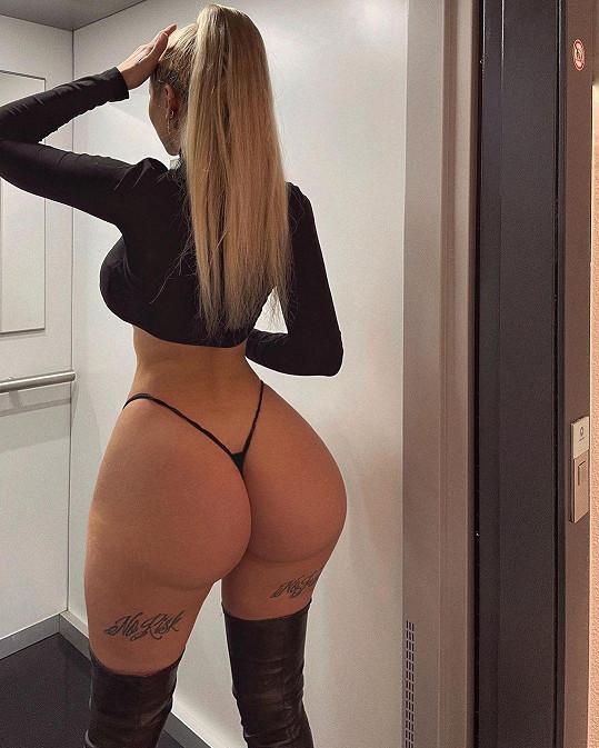 Céline dráždí sledující sexy tetováním.